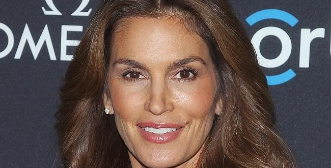 Cindy Crawford: Supermodel Covers Elle Canada, Opens Up About Leaked Unretouched Photo
