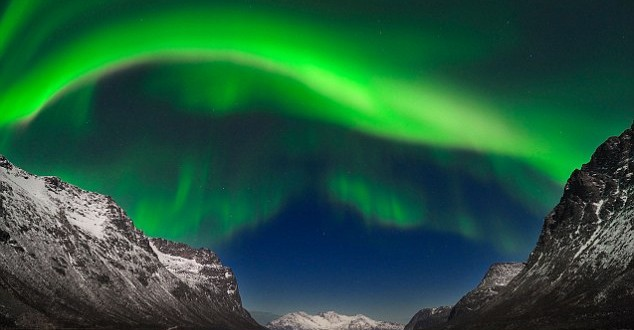 Stunning Northern Lights outshine NYE fireworks (Picture)